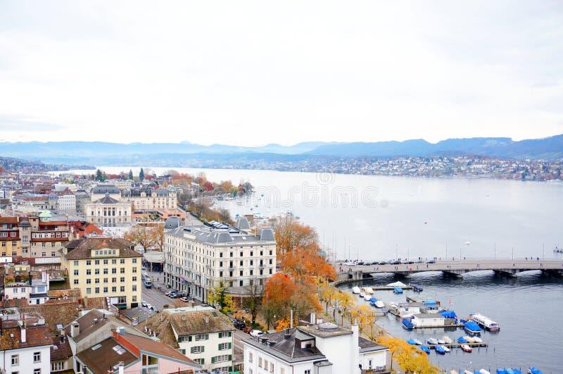 Den flyg- sikten av den Zurich staden och sjön från Grossmunster kyrktar in arkivbild