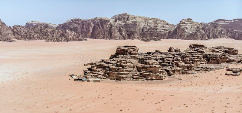 Den flyg- sikten av det gigantiskt vaggar och berg i naturreserven av Wadi Rum royaltyfria bilder