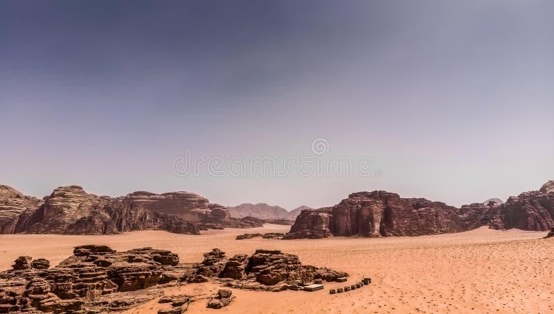 Den flyg- sikten av det gigantiskt vaggar och berg i naturreserven av Wadi Rum royaltyfri foto