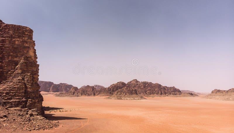 Den flyg- sikten av det gigantiskt vaggar och berg i naturreserven av Wadi Rum arkivfoto