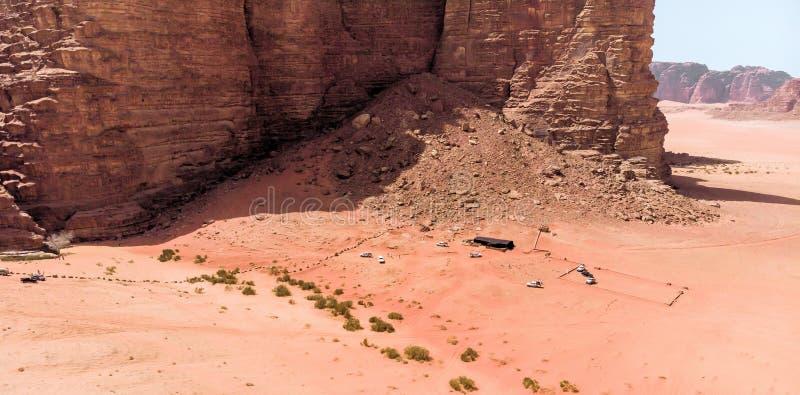 Den flyg- sikten av det gigantiskt vaggar och berg i naturreserven av Wadi Rum arkivbilder
