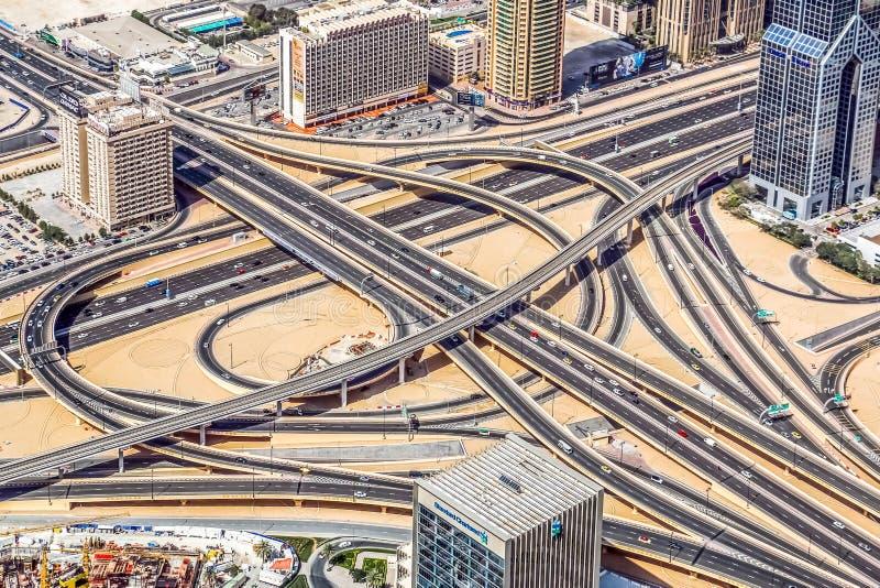 Den flyg- sikten av Dubai horisont som förbluffar taksikt av Dubai Sheikh Zayed Road Residential, och affärsskyskrapor i centrum  arkivbild