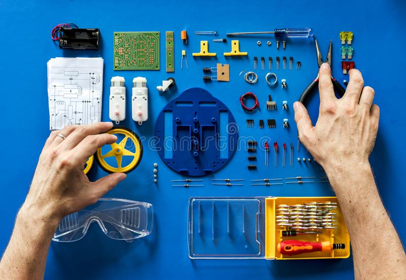 Den flyg- sikten av elektronik bearbetar utrustningar på blå bakgrund royaltyfri fotografi