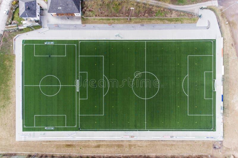 Den flyg- sikten av ett smal fält för sportfotbollfotboll i en by nära andernach koblenz neuwied i Tyskland royaltyfri bild