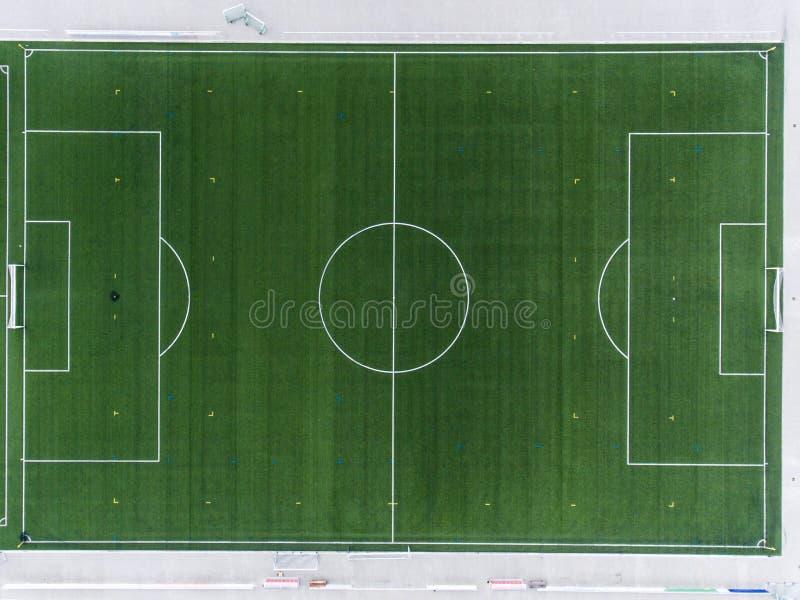 Den flyg- sikten av ett smal fält för sportfotbollfotboll i en by nära andernach koblenz neuwied i Tyskland royaltyfria foton