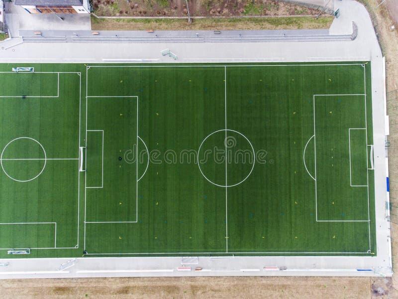 Den flyg- sikten av ett smal fält för sportfotbollfotboll i en by nära andernach koblenz neuwied i Tyskland arkivbild