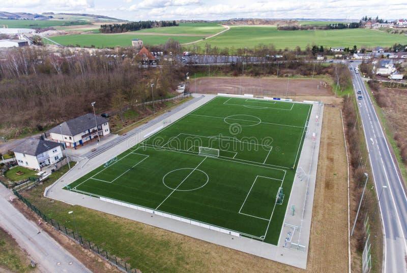 Den flyg- sikten av ett smal fält för sportfotbollfotboll i en by nära andernach koblenz neuwied i Tyskland arkivbilder