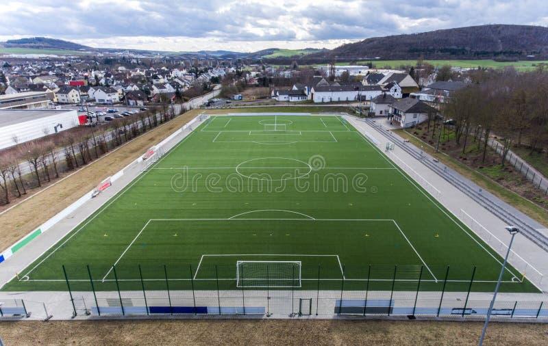 Den flyg- sikten av ett smal fält för sportfotbollfotboll i en by nära andernach koblenz neuwied i Tyskland royaltyfri foto