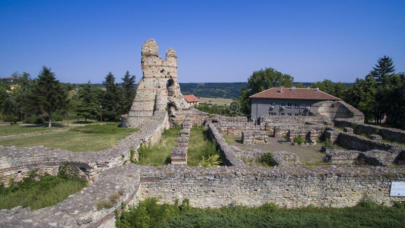 Den flyg- sikten av fördärvar av den medeltida fästningen Kastra Martis, Bulgarien royaltyfri foto