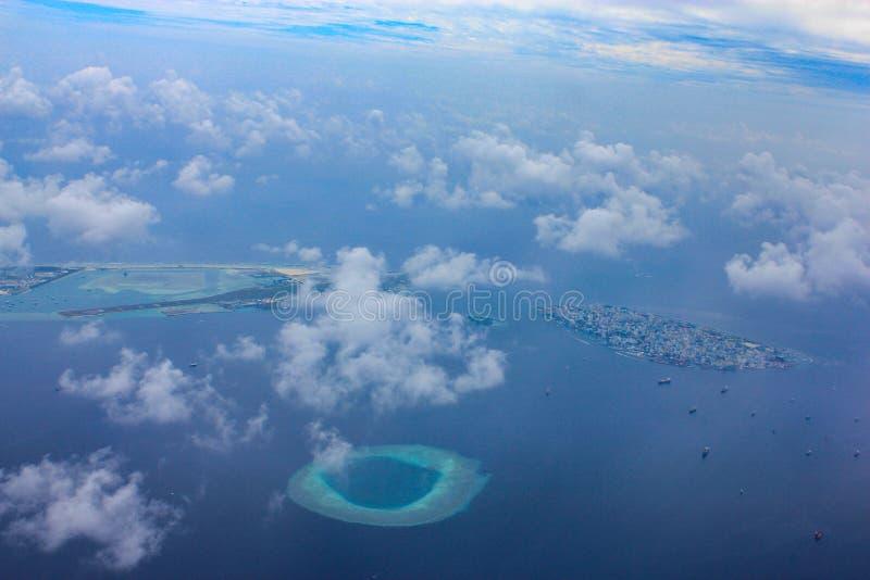 Den flyg- sikten av flygplatsen för semesterortön och manstadsi Maldiverna lokaliserade i det indiska havet nära aktuell atoll un arkivfoton