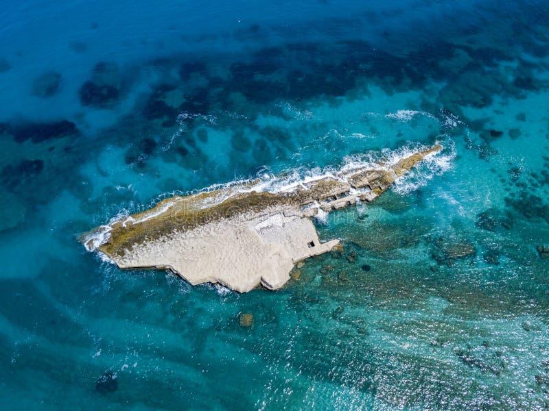 Den flyg- sikten av Galera vaggar, Sant ` Irene Bay i Briatico, Calabria, Italien royaltyfri foto