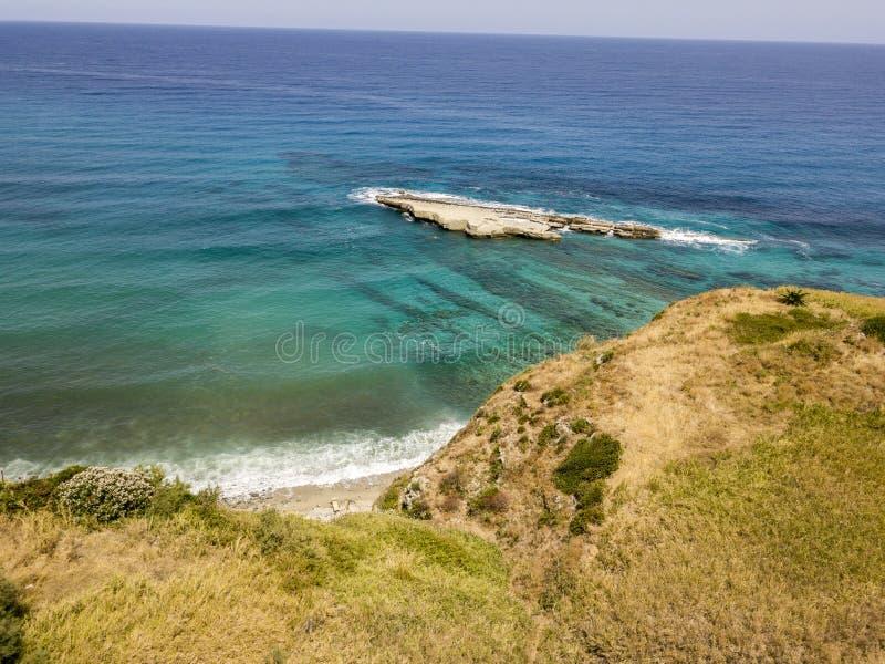 Den flyg- sikten av Galera vaggar, Sant ` Irene Bay i Briatico, Calabria, Italien royaltyfri fotografi