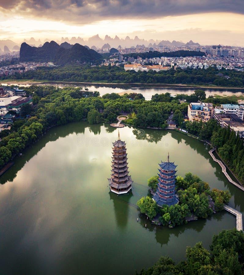 Den flyg- sikten av Guilin parkerar med tvilling- pagoder i Kina royaltyfria foton