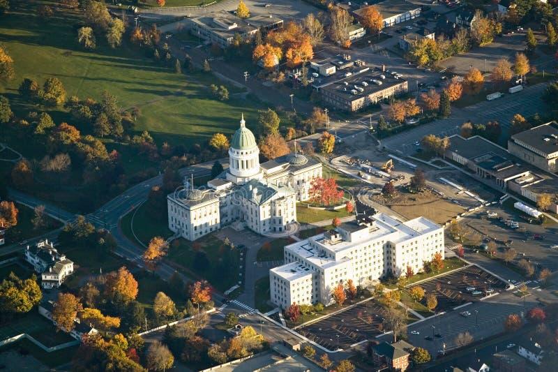 Den flyg- sikten av huvudstadbyggnad och hösten färgar i Augusta, Maine royaltyfri fotografi