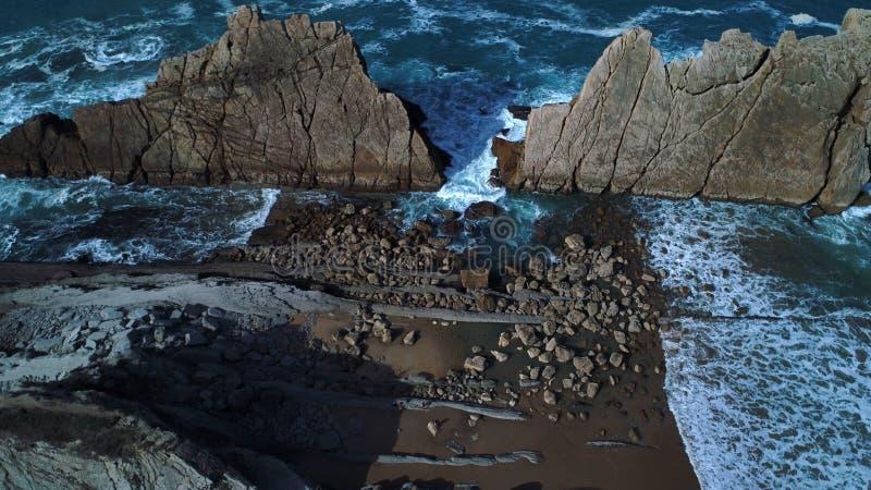 Den flyg- sikten av imponerande föreställning sätter på land på spansk nordlig kust arkivfoton
