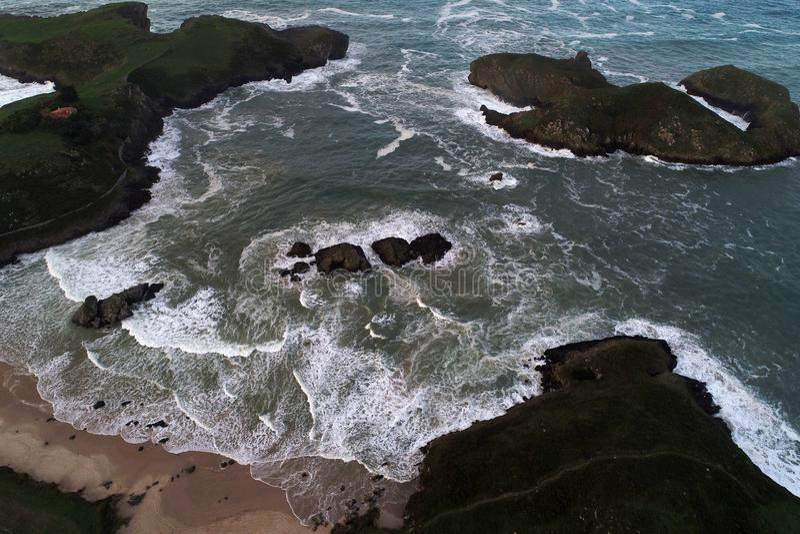 Den flyg- sikten av imponerande föreställning sätter på land på spansk nordlig kust royaltyfri foto