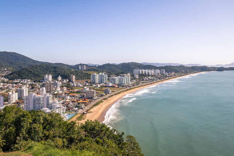 Den flyg- sikten av den Itajai staden och Praia Brava sätter på land - Balneario Camboriu, Santa Catarina, Brasilien royaltyfri foto