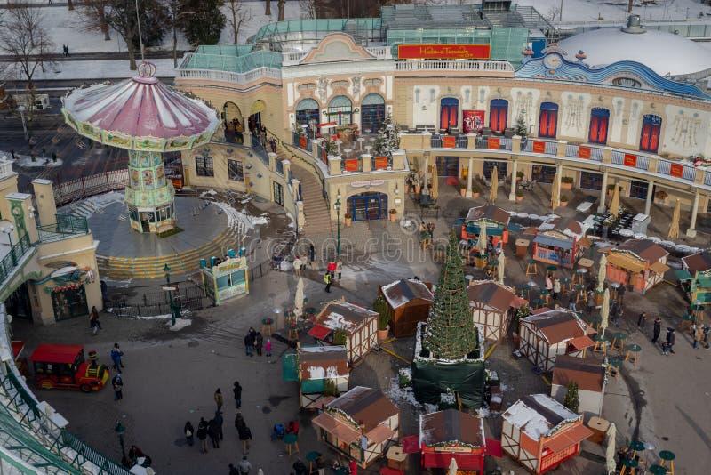Den flyg- sikten av jul marknadsför kiosk och dragningar i det Prater nöjesfältet i Wien arkivfoto