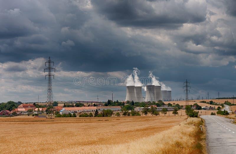 Den flyg- sikten av kärnkraftverket med att kyla står högt mot royaltyfri fotografi