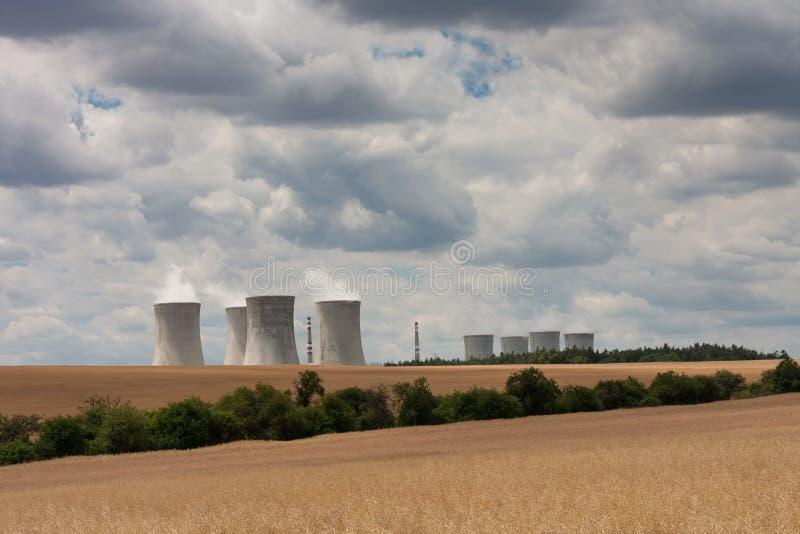 Den flyg- sikten av kärnkraftverket med att kyla står högt mot arkivbild