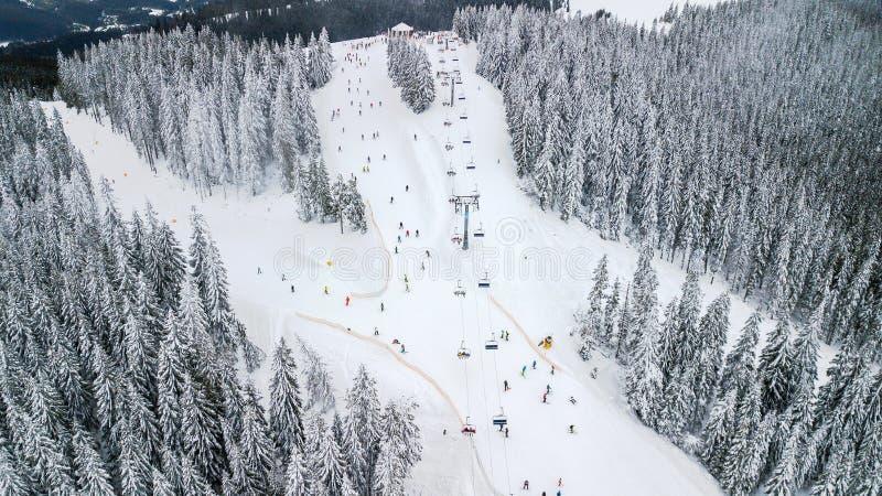 Den flyg- sikten av kabelbilen i skidar semesterorten arkivfoto