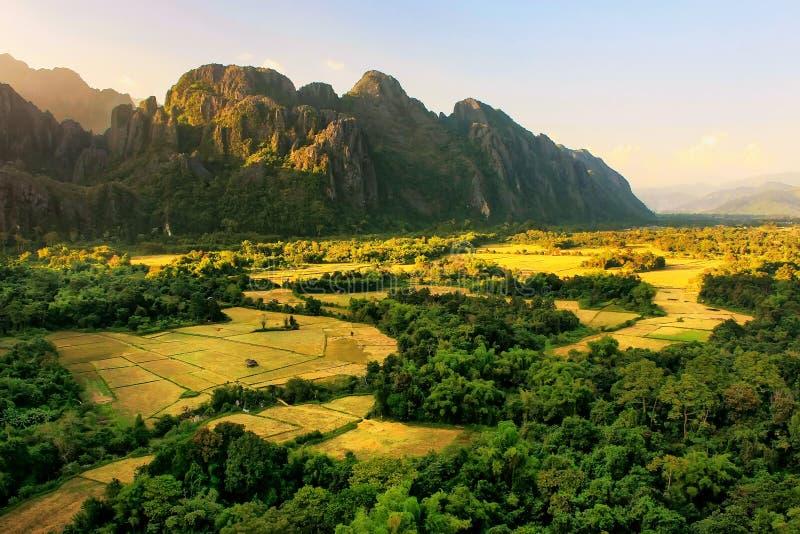 Den flyg- sikten av lantgårdfält och vaggar bildande i Vang Vieng, VI fotografering för bildbyråer