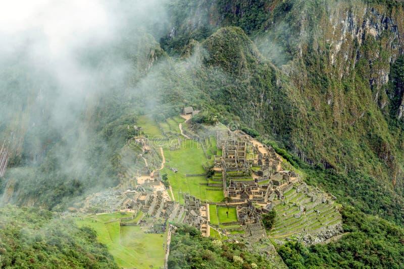 Den flyg- sikten av den Machu Picchu Incacitadellen fördärvar byggt i den klassiska Incastilen, med polerade torr-stenen väggar fotografering för bildbyråer