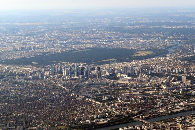 Den flyg- sikten av Paris centrerade på Laförsvarområde Skyskrapor som dyker upp från bostadsområde royaltyfri bild