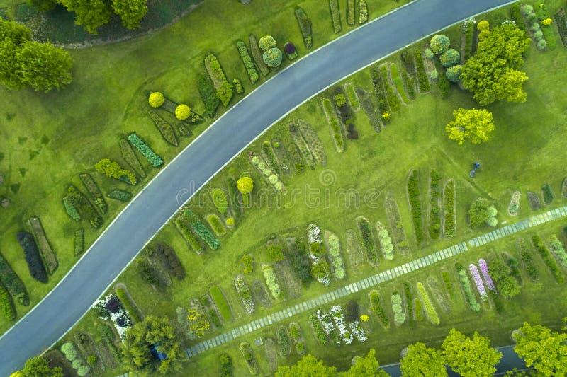Den flyg- sikten av parkerar med v?gen arkivbilder