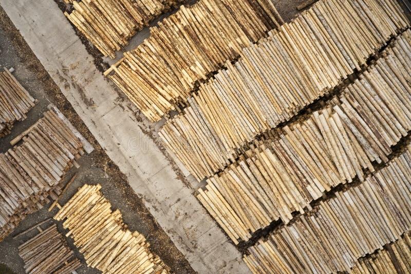 Den flyg- sikten av sågverket och den högg av trädträjournalen staplar i rad med maskineri royaltyfria foton