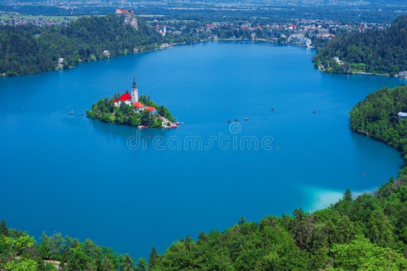 Den flyg- sikten av sjön blödde, fjällängar, Slovenien, Europa royaltyfri foto