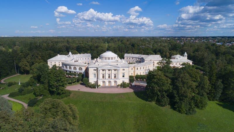 Den flyg- sikten av slotten i Pavlovsky parkerar arkivbild