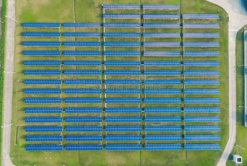 Den flyg- sikten av solpaneler brukar med solljus Surrflyg över solpanelfältet, förnybart grönt begrepp för alternativ energi royaltyfri foto