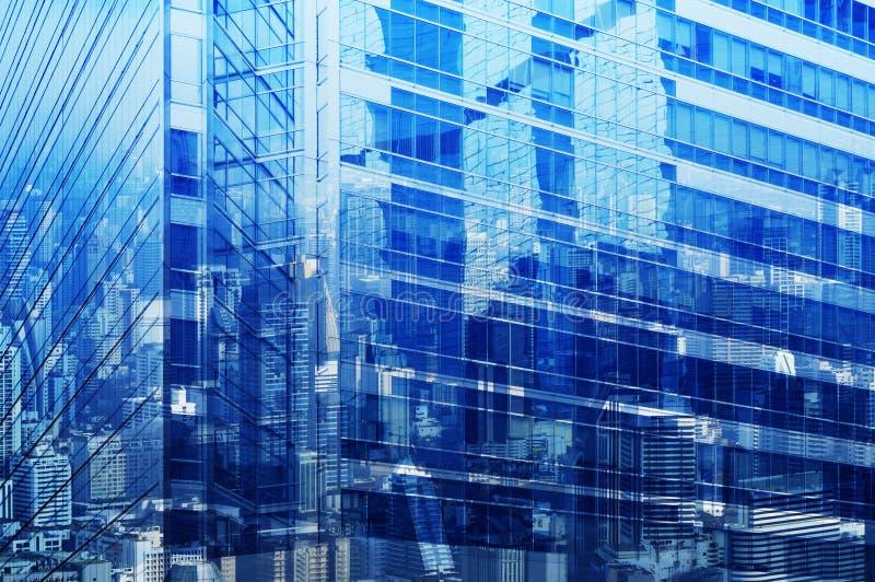 Den flyg- sikten av stadstornreflexionen i fönsterexponeringsglas, blått tonar, royaltyfri fotografi