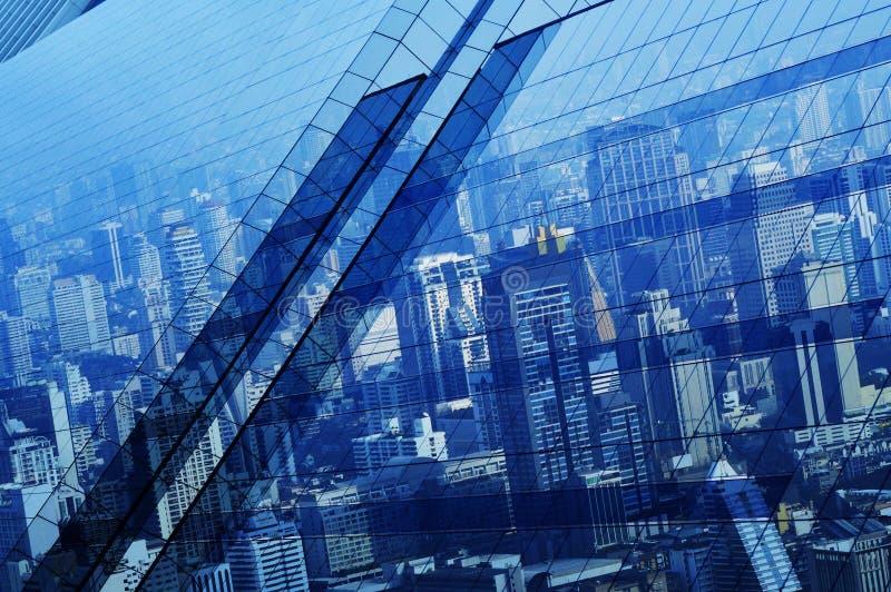 Den flyg- sikten av stadstornreflexionen i fönsterexponeringsglas, blått tonar, royaltyfri bild