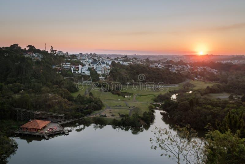 Den flyg- sikten av Tangua parkerar och den Curitiba staden på solnedgången - Curitiba, Parana, Brasilien royaltyfri foto