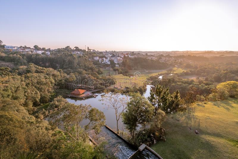 Den flyg- sikten av Tangua parkerar och den Curitiba staden - Curitiba, Parana, Brasilien arkivbilder