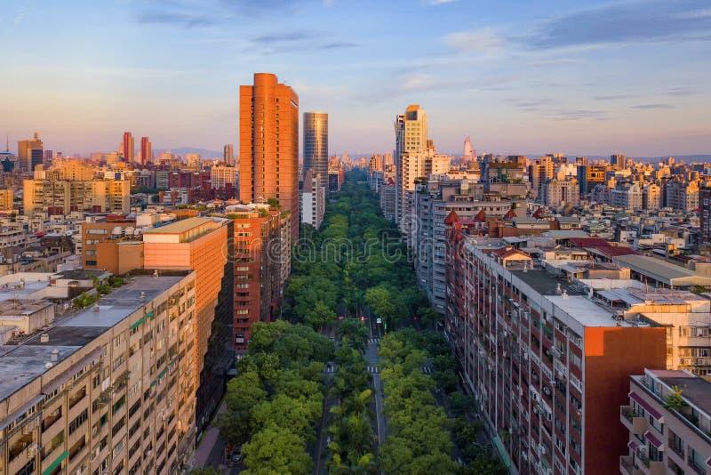 Den flyg- sikten av träd gräver med parkerar trädgård- och skyskrapabyggnader Finansiell omr?des- och aff?rsmitt i smart stads- royaltyfri bild
