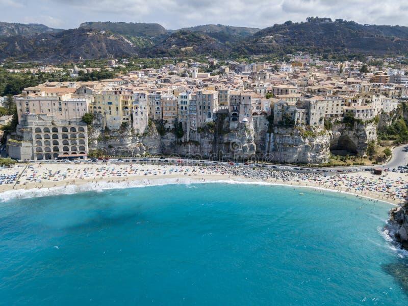Den flyg- sikten av Tropea, hus vaggar på, Calabria italy royaltyfri bild