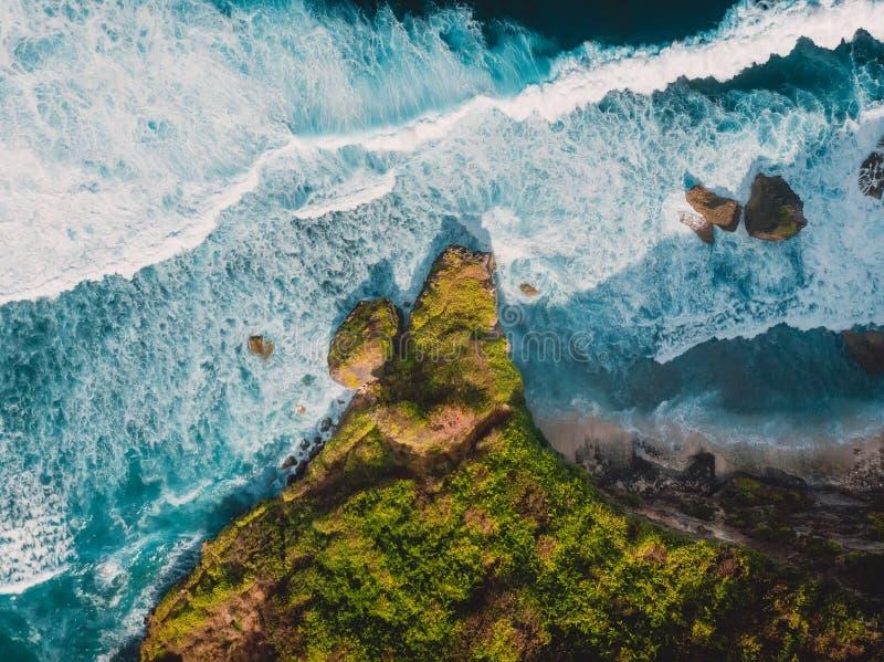 Den flyg- sikten av den tropiska ön med vaggar och havet i Bali royaltyfri bild