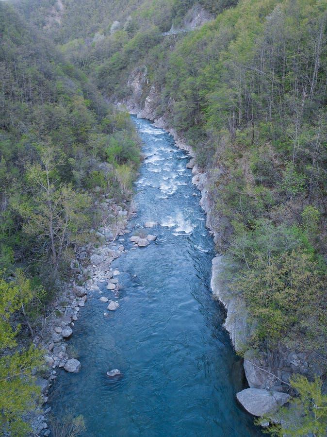 den flyg- sikten av tryckning av skogfloden omgav arkivfoton