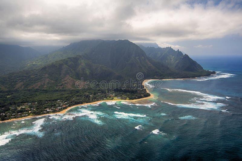 Den flyg- sikten av tunneler sätter på land och revar, Kauai, Hawaii royaltyfri fotografi