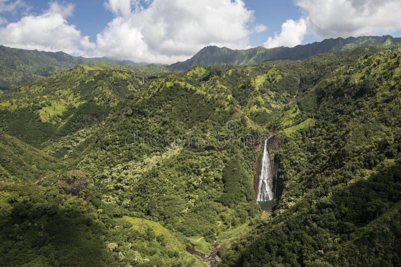 Den flyg- sikten av vattenfallet Manawaiopuna faller, använt i Jurassic parkerar, Kauai, Hawaii royaltyfria bilder