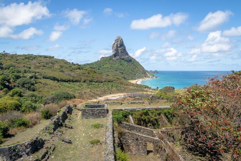 Den flyg- sikten fästningen av för Fernando de Noronha och Nossa Senhora DOS Remedios och Morro gör Pico - Fernando de Noronha, B royaltyfria foton