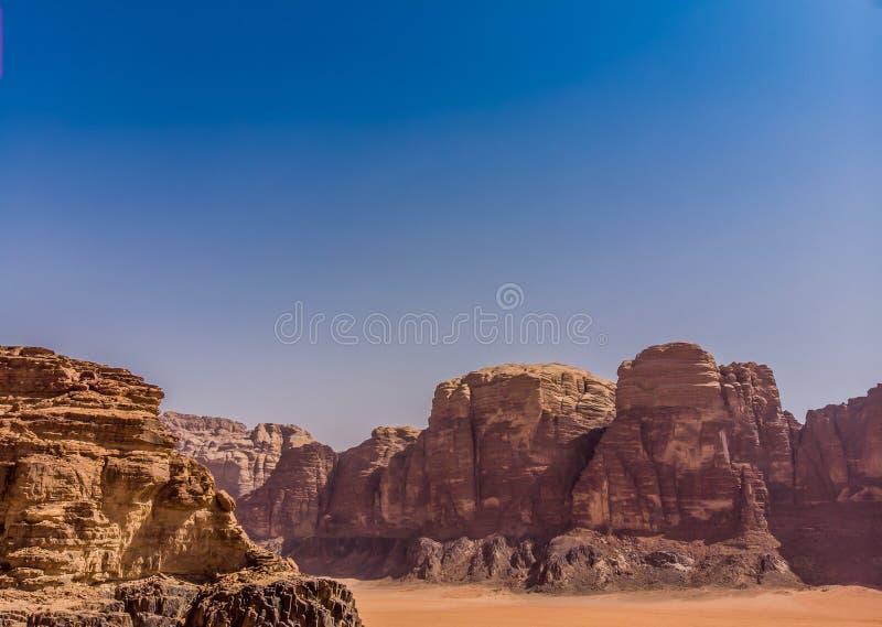 Den flyg- sikten som tas med surret, av vaggar bildande och monolitiska berg i öknen av Wadi Rum, Jordanien arkivbild