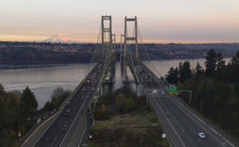 Den flyg- sikten Tacoma begränsar broar över Puget Sound Mount Rainier royaltyfria bilder