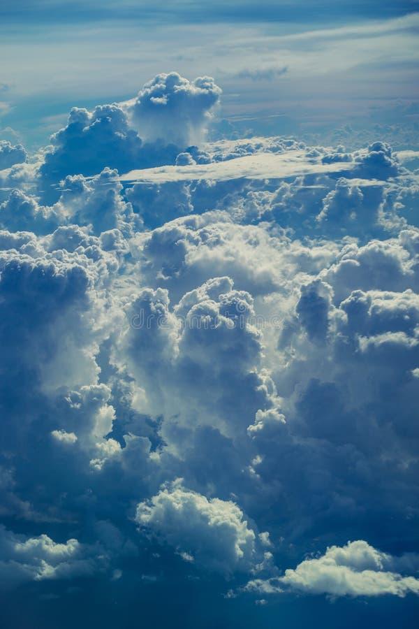Den flyg- sikten till och med himmel ovanför molnen gör sammandrag bakgrund royaltyfri foto