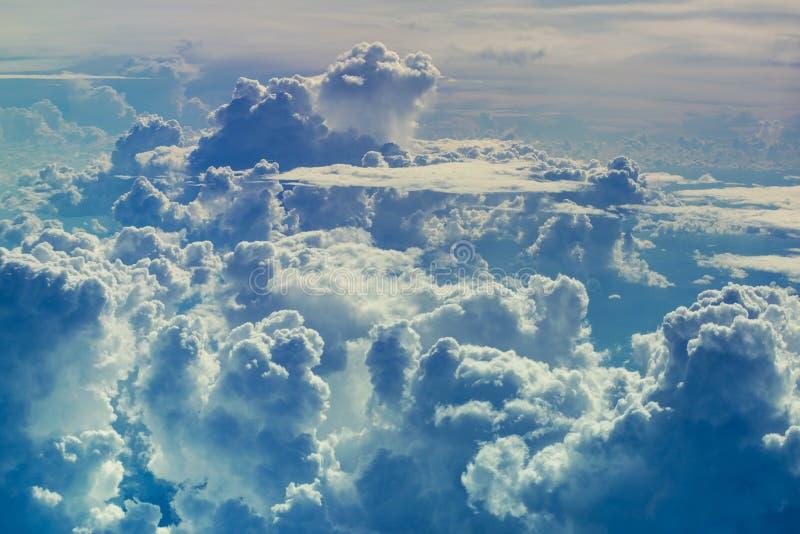 Den flyg- sikten till och med himmel ovanför molnen gör sammandrag bakgrund royaltyfri bild