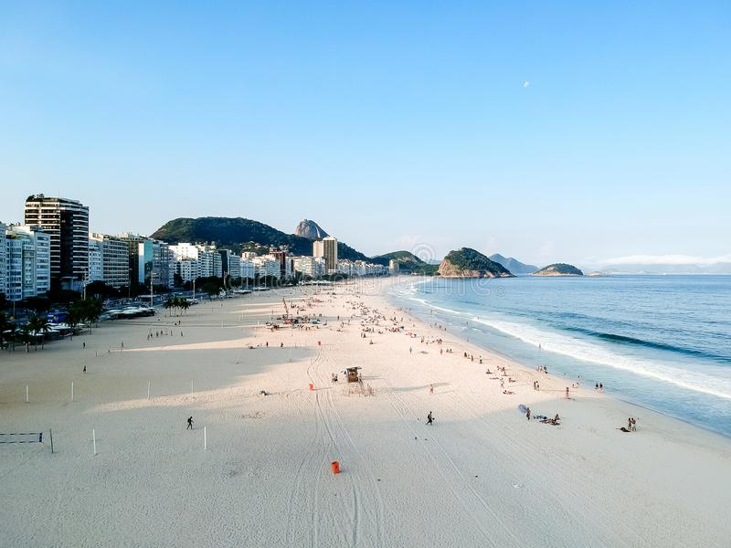 den flyg- surrsikten av Copacabana beachs under sen eftermiddag, några skuggor kan ses på sanden Rio de Janeiro Brasilien fotografering för bildbyråer