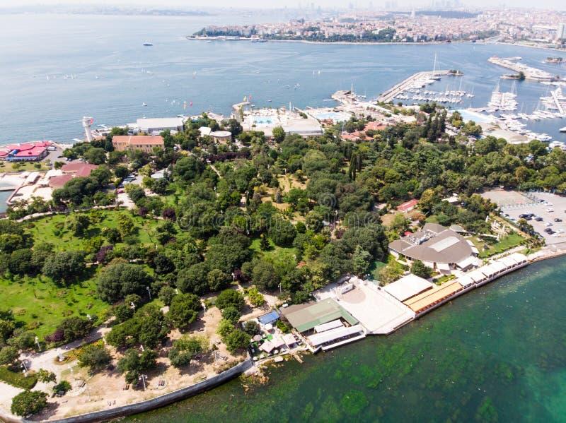 Den flyg- surrsikten av Fenerbahce parkerar i den Kadikoy/Istanbul sjösidan arkivfoton